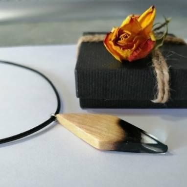 Кулон из ювелирной смолы и древесины  ручной работы