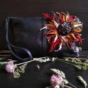 Кожаная сумочка-клатч с объёмным цветком