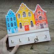 Ключница с тремя домиками.
