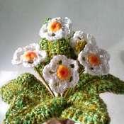 Вязаные цветы в керамической вазе