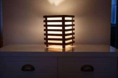 Светильник из дерева и ткани ручной работы