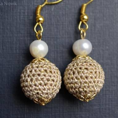 Золотистые вязанные серьги с жемчугом ручной работы