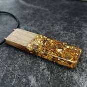 Кулон из древесины дуба и эпоксидной смолы с золотой поталью