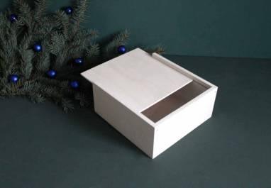 Небольшая деревянная коробка белого цвета ручной работы