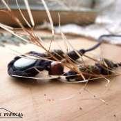 Колье из кожаного шнура и бусин