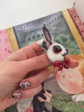 Брошь дизайнерская «Алиса» ручной работы