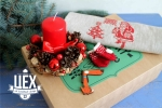подарок с рождественским веночком и напероном