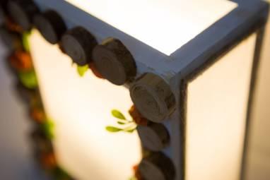 Светильник с березовыми спилами и бумажными цветами ручной работы