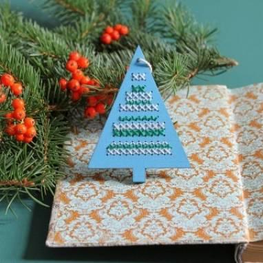 Ёлочная игрушка к новому году с вышивкой ручной работы