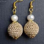 Золотистые вязанные серьги с жемчугом