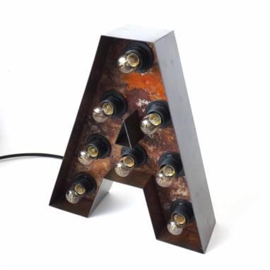 Буква с лампочками, железная  ручной работы