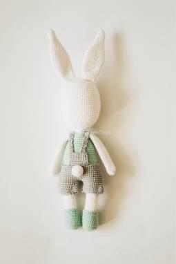 Вязаная игрушка Заяц в штанишках ручной работы