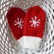 Красные варежки со снежинкой