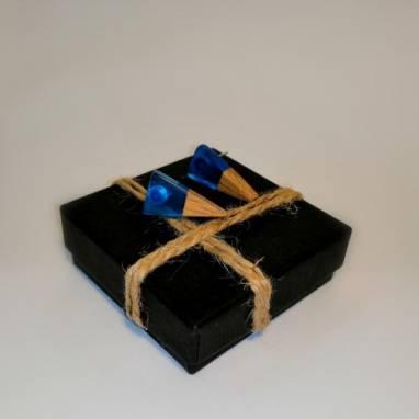 Серьги-гвоздики из дерева и ювелирной смолы  ручной работы
