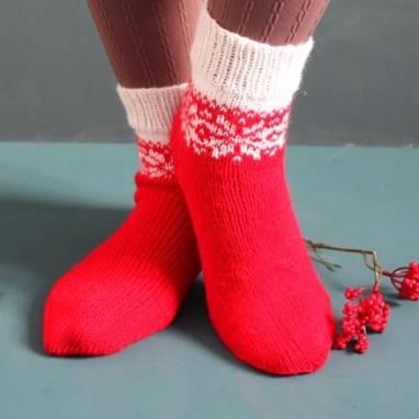 Красные вязанные носочки с узором ручной работы