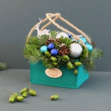Новогодняя флористика в деревянном ящике ручной работы