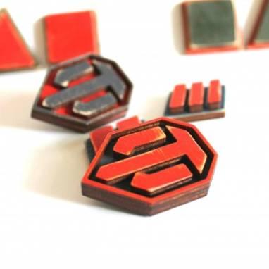 Значок с логотипом  ручной работы