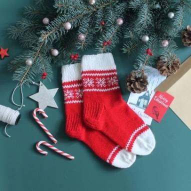Носки новогодние с узорами ручной работы
