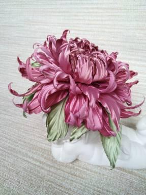 Брошь-заколка с цветком из натурального шелка ручной работы