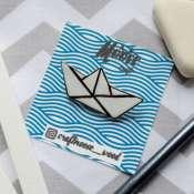 значок-брошка бумажный кораблик