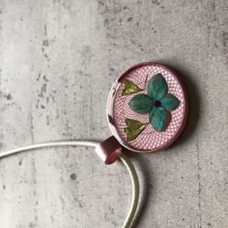 Кулон с натуральным цветком гортензии в эпоксидной смолесмоле