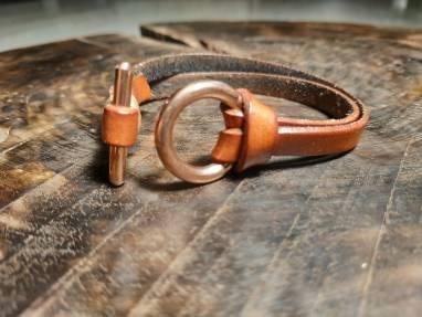 Кожаный браслет. ручной работы