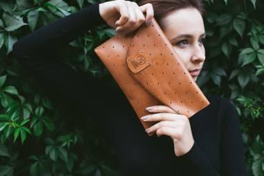 Клатч из натуральной перфорированной вручную кожи 15' ручной работы
