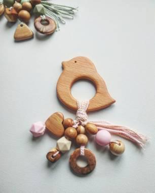 Подарок на Новый год малышу Грызунок-погремушка Птичка с подвесками ручной работы