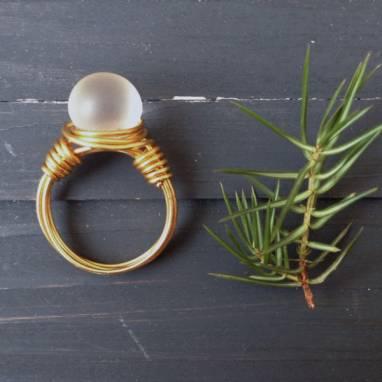 Кольцо из проволоки с бусиной из чешского стекла ручной работы