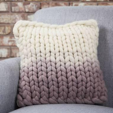 Подушки вязанные из толстой пряжи  ручной работы