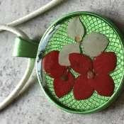 Кулон с натуральными цветами и смолой