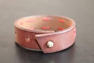 Узкий кожаный браслет ручной работы
