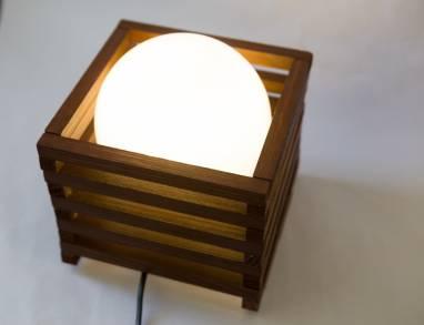 Настольный светильник из дерева с шаром ручной работы