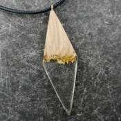 Кулон из древесины дуба с эпоксидной смолой и золотой поталью