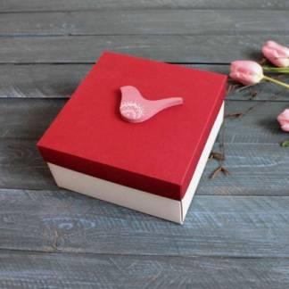 Квадратная коробка с птичкой