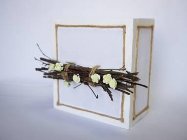 Настольный светильник с ветками и цветами в белом  ручной работы