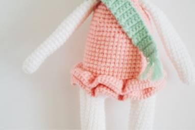 Вязаная игрушка Зайчиха Модница ручной работы