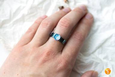 Кольцо из титана и стекла - Сияние ручной работы