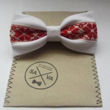 Белый галстук-бабочка с вышивкой  ручной работы
