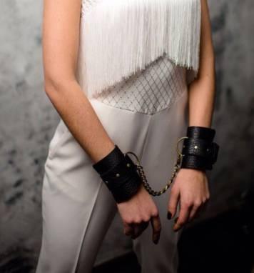 Браслеты-наручники из натуральной кожи. ручной работы