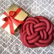 Подушка-узел из трикотажа вишневого цвета