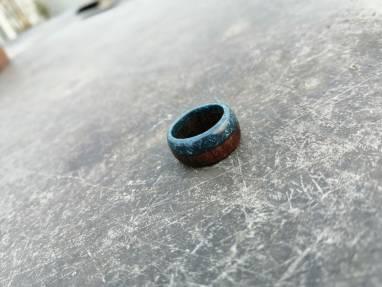 Кольцо из древесины мербау и ювелирной смолы ручной работы