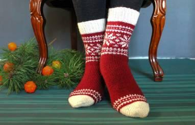 Носки новогодние красные с узором ручной работы
