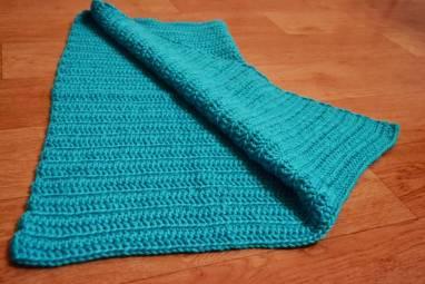 Теплый вязаный плед голубо-бирюзового яркого цвета для деток ручной работы