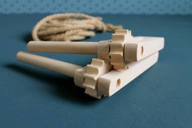 Трещотка деревянная для болельщиков ручной работы
