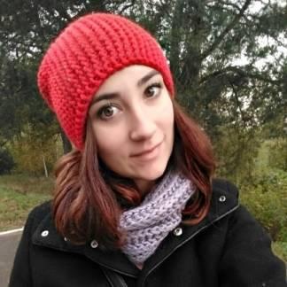 шапка бини красного цвета