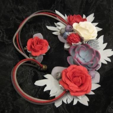 Монохромное украшение в серо-красном цвете ручной работы