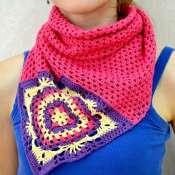 Яркий вязанный платок с мотивом