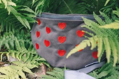 Поясная сумка с сердечками ручной работы