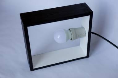 Настольный светильник из дерева  ч/б ручной работы